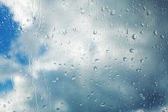Baisses de pluie fonctionnant en bas du verre clair images libres de droits