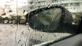 Baisses de pluie sur la fenêtre de voiture banque de vidéos