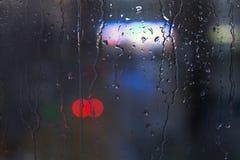 Baisses de pluie sur la fenêtre - lumière de nuit Images libres de droits