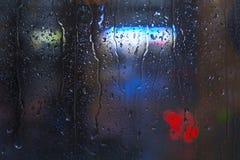Baisses de pluie sur la fenêtre - lumière de nuit Photo stock