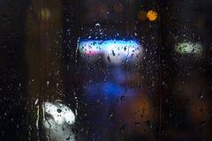 Baisses de pluie sur la fenêtre - lumière de nuit Photos libres de droits