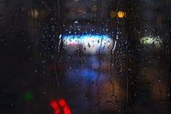 Baisses de pluie sur la fenêtre - lumière de nuit Image libre de droits
