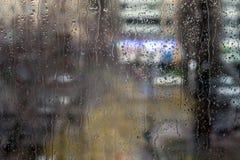 Baisses de pluie sur la fenêtre - lumière de soirée Photo libre de droits