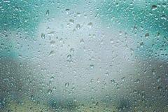 Baisses de pluie sur la fin claire en verre de fenêtre  Photographie stock