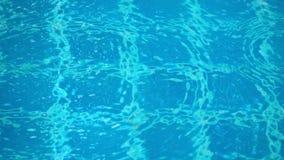 Baisses de pluie sur la piscine d'eau Image stock