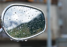 Baisses de pluie sur le miroir Photographie stock