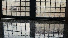 Baisses de pluie tombant sur le plancher de la maison banque de vidéos