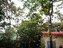 Baisses de pluies sur la fenêtre de voiture Photographie stock