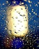 Baisses sur le verre dans la tache lumineuse Images stock