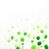 Baisses vertes de l'eau sur le fond blanc Photographie stock libre de droits