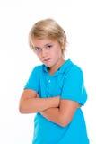 Baissetendenziöser blonder Junge mit den gekreuzten Armen Lizenzfreie Stockfotos