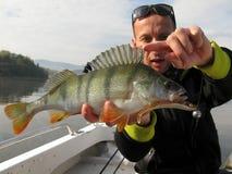 Baitcasting, das auf Fluss mit K?der fischt lizenzfreie stockfotografie