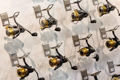 Baitcasting-Spule auf Angeln im Sportshop Lizenzfreie Stockbilder