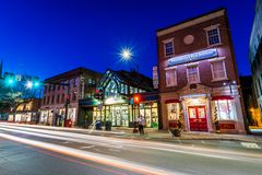 Baixa acolhedor pequena de Brattleboro, Vermont na noite imagem de stock royalty free