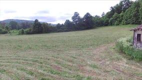 Baixa antena rápida ao lado da casa velha e abandonada no prado vídeos de arquivo