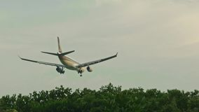 A baixa aterrissagem plana video estoque