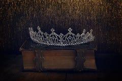 baixa chave da coroa da rainha do diamante no livro velho Fotos de Stock Royalty Free