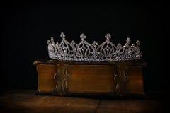 baixa chave da coroa da rainha do diamante no livro velho Imagens de Stock Royalty Free