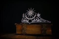 baixa chave da coroa da rainha do diamante no livro velho Imagens de Stock