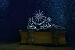 baixa chave da coroa da rainha do diamante no livro velho Imagem de Stock