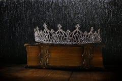 baixa chave da coroa da rainha do diamante no livro velho Fotos de Stock