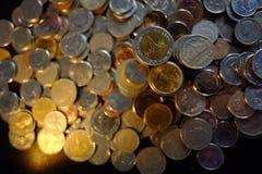 Baixa chave da iluminação dourada tailandesa do baht das moedas Fotos de Stock Royalty Free