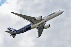 Baixa demonstração aérea de Airbus A350-900 O Airbus A350 Fotografia de Stock
