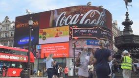 Baixa e Piccadilly Circus de Londres com os povos que andam na rua filme