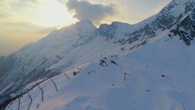 Baixa estação na estância de esqui alpina, cadeiras vazias do cabo aéreo, crise, turismo, curso video estoque