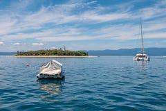 Baixa ilha no grande recife de coral imagem de stock royalty free