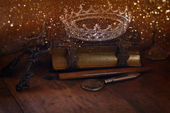 Baixa imagem chave da coroa bonita da rainha do diamante no livro velho Imagem de Stock Royalty Free