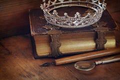 Baixa imagem chave da coroa da rainha do diamante no livro velho Fotos de Stock