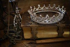 Baixa imagem chave da coroa da rainha do diamante no livro velho Foto de Stock