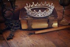 Baixa imagem chave da coroa da rainha do diamante no livro velho Foto de Stock Royalty Free