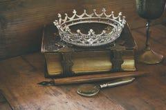 Baixa imagem chave da coroa da rainha do diamante no livro velho Imagem de Stock Royalty Free