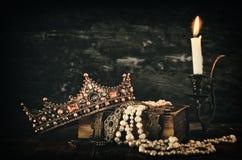 baixa imagem chave da rainha/coroa bonitas do rei no livro velho Imagem de Stock