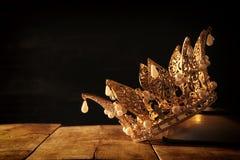baixa imagem chave da rainha/coroa bonitas do rei no livro velho período medieval da fantasia Foco seletivo fotos de stock