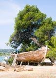 Baixa maré e barco motorizado de madeira Imagens de Stock Royalty Free