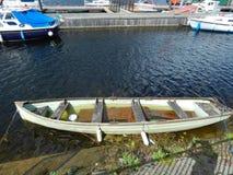 Baixa maré e barco motorizado de madeira imagem de stock