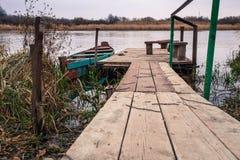 Baixa maré e barco motorizado de madeira Imagem de Stock Royalty Free