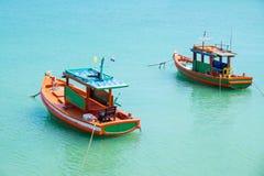 Baixa maré e barco motorizado de madeira Fotos de Stock Royalty Free
