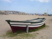 Baixa maré e barco motorizado de madeira Fotografia de Stock