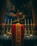 Baixa massa em vestments vermelhos no altar da natividade imagem de stock royalty free