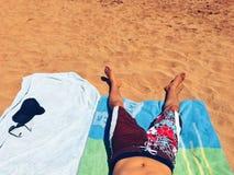 Baixa seção de um homem na praia Foto de Stock Royalty Free