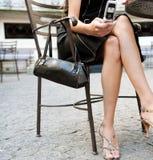 Pés da mulher de negócios no café. fotografia de stock royalty free
