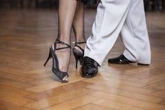 Baixa seção dos dançarinos do tango que executam a caminhada paralela Foto de Stock Royalty Free
