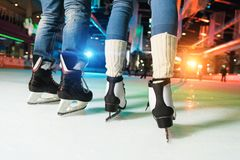 baixa seção dos pares na patinagem no gelo dos patins fotos de stock royalty free
