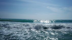 Baixa vista aérea das ondas de oceano sobre o céu azul do verão vídeos de arquivo