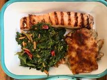 Baixas calorias da placa saudável do alimento com Gratin grelhado de Salmon Fish, dos espinafres e do cogumelo foto de stock