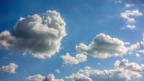Baixas nuvens densas que passam rapidamente vídeos de arquivo